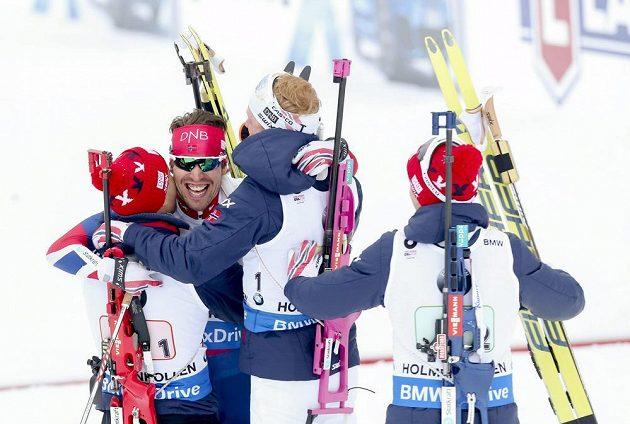 Norové Emil Hegle Svendsen, Ole Einar Björndalen, Johannes Thingnes Boe a Tarjei Boe se radují ze štafetového triumfu na MS v Oslu.