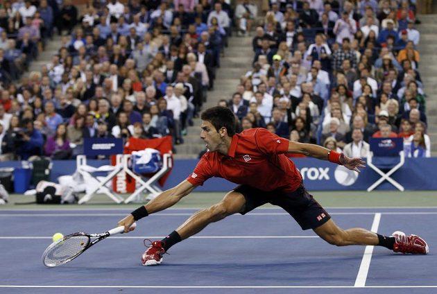 Srb Novak Djokovič reaguje na stopbal svého soka ve finále US Open Rafaela Nadala.