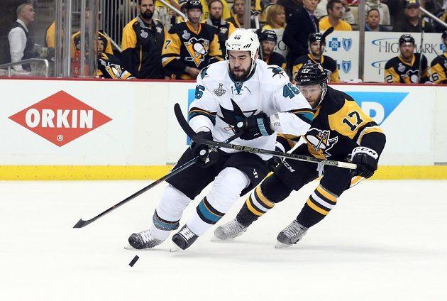 Obránce San Jose Sharks Roman Polák (46) kontroluje puk před útočníkem Pittsburghu Bryanem Rustem (17) ve druhém finále Stanley Cupu.