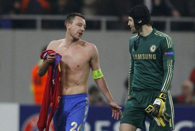John Terry (vlevo) a Petr Čech opouští hřiště po prohře Chelsea v Bukurešti.