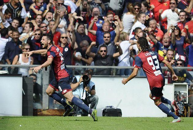 Blerim Džemaili z Janova (vlevo) se raduje z branky, kterou vstřelil do sítě AC Milán.