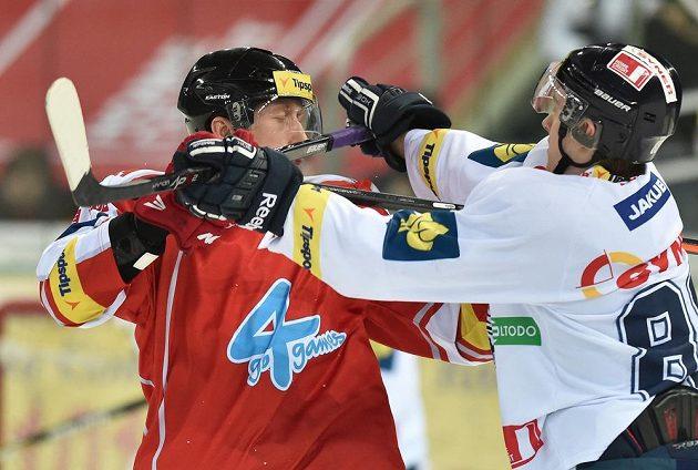 Liberecký útočník Michal Bulíř (vpravo) a olomoucký obránce Jiří Ondrušek v zápase 45. kola hokejové Tipsport extraligy.