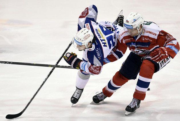 Hokejista Pardubic Marek Trončinský z Pardubic se snaží zastavit brněnského Martina Zaťoviče v utkání 34. kola ELH.