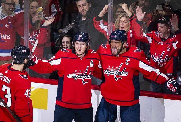 Ruský hokejový útočník Alex Ovečkin (8) slaví gól se spoluhráči z Washingtonu.