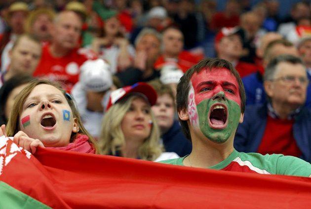 Běloruští fanoušci povzbuzují v Ostravě svůj tým proti Slovinsku.