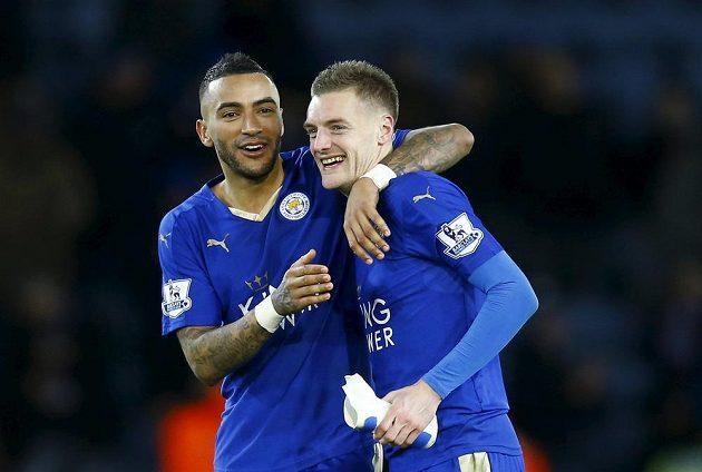 Fotbalisté Leicesteru Jamie Vardy (vpravo) a Danny Simpson slaví vítězství nad Liverpoolem.