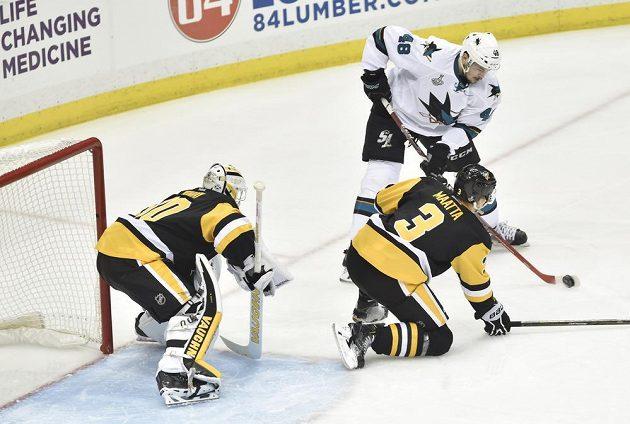 Útočník San Jose Tomáš Hertl (48) střílí gól brankáři Pittsburghu Mattu Murraymu.