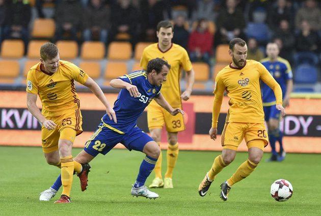 Jakub Fulnek z Jihlavy (druhý zleva) mezi hráči Dukly - vlevo Michal Bezpalec, vzadu uprostřed Ondřej Kušnír a vpravo Branislav Miloševič.