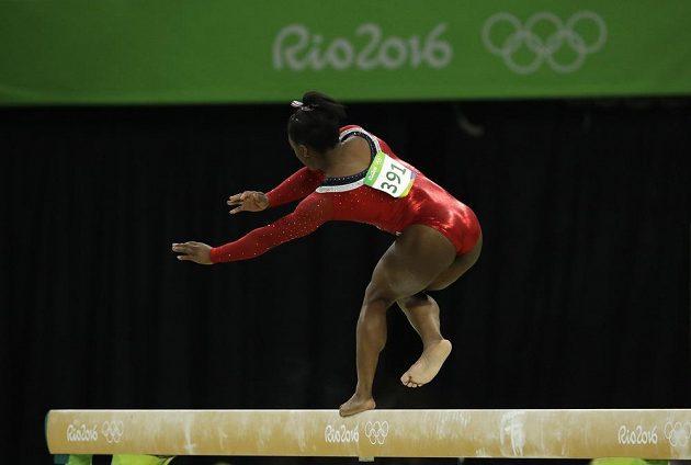 Americká gymnastka Simone Bilesová na kladině zaváhala, skončila bronzová.