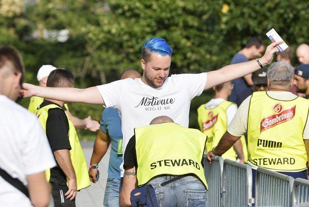 Kontrola fanoušků Baníku Ostrava před vstupem na plzeňský stadión.
