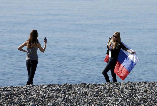 I v samotném Soči je teplo, fanynky přivedlo na černomořskou pláž.
