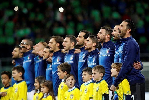 Italská fotbalová reprezentace zpívá hymnu při nástupu mužstev na trávník.
