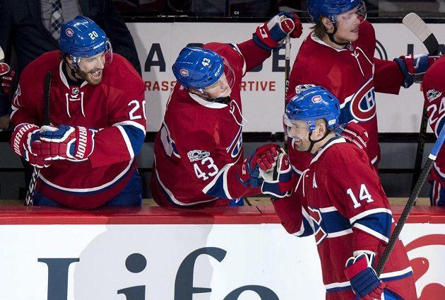 Tomáš Plekanec (14) z Montrealu se raduje gólu proti Calgary, na snímku dále jsou Daniel Carr (43) a Zach Redmond (20).