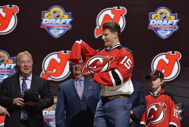 Pavel Zacha obléká dres New Jersey.