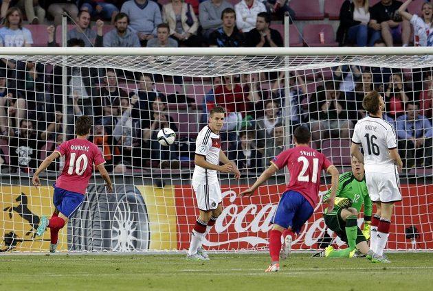 Srbský fotbalista Filip Djuričič (vlevo) dává gól proti Německu na ME do 21 let.