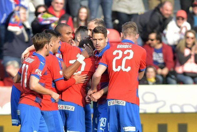 Hráči Plzně se radují z gólu proti Bohemians 1905, který dal Jean-David Beauguel (třetí zleva).