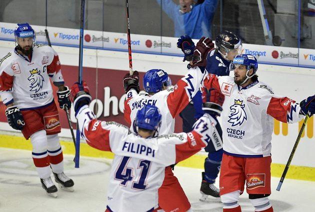 Čeští hráči se radují z prvního gólu, který dal Martin Zaťovič (vpravo).