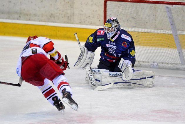 Liberecký brankář Marcel Melicherčík kryje možnost hradeckého Tomáše Mertla.