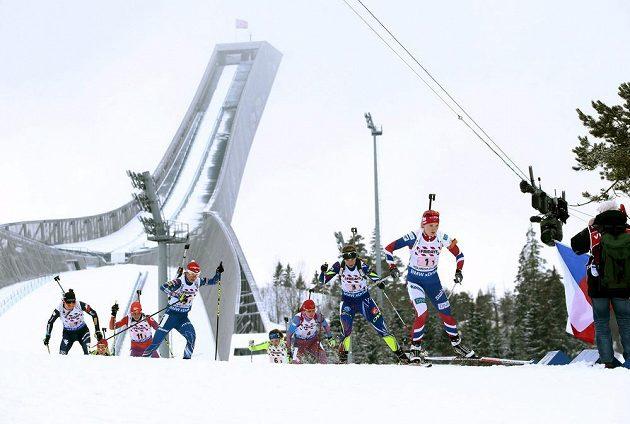 Veronika Vítková (třetí zleva) na prvním úseku smíšené štafety na MS v Holmenkollenu.