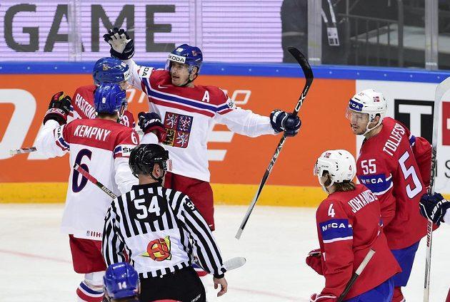 Michal Kempný, David Pastrňák a Roman Červenka se radují z prvního českého gólu. Vpravo jsou Norové Ole-Kristian Tollefsen a Johannes Johannesen.