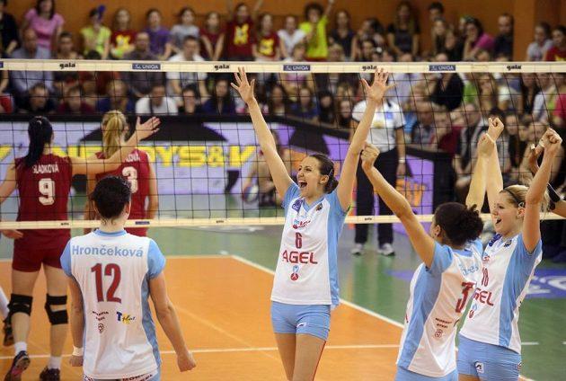 Hráčky Prostějova se radují z vítězství 3:0 nad pražským Olympem a zisku titulu mistryň republiky.