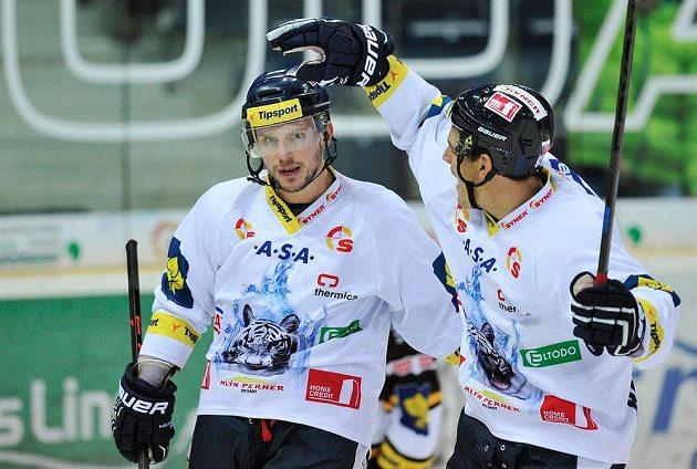 Autor rozhodujícího gólu v samostatných nájezdech Branko Radivojevič (vpravo) a střelec třetího gólu Petr Vampola z Liberce.