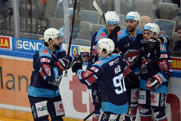 Hokejisté Chomutova se radují z prvního gólu.