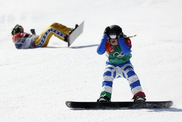 Italka Michela Moioliová nevěřícně vstřebává olympijský triumf v soutěži snowboardkrosařek. V pozadí Eva Samková.
