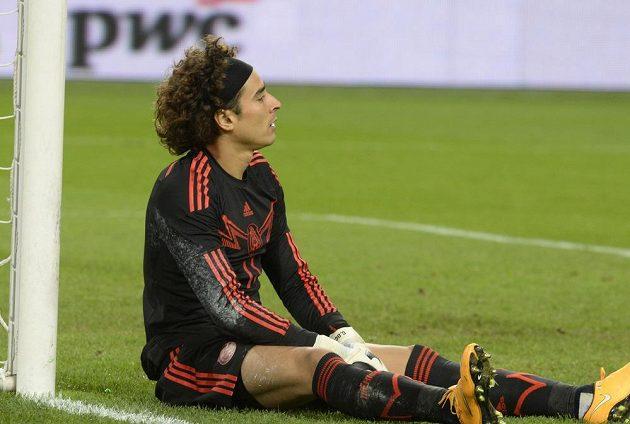 Brankář Mexika Guillermo Ochoa krátce po inkasované brance od Nizozemce Wesleyho Sneijdera.