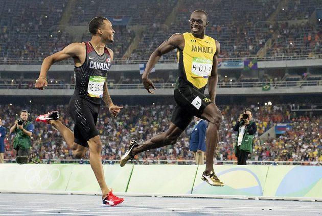 Kanaďan Andre De Grasse (vlevo) a Jamajčan Usain Bolt společně vbíhají do cíle semifinále na 200 metrů.(Frank Gunn/The Canadian Press via AP)