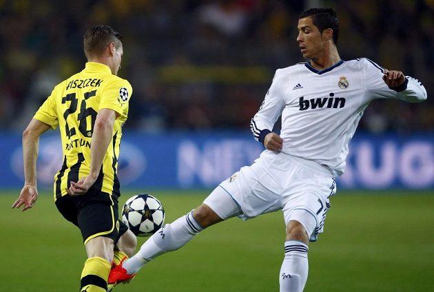 Cristiano Ronaldo (vpravo), hvězda Realu Madrid, v souboji s Lukaszem Piszczekem z Dortmundu.