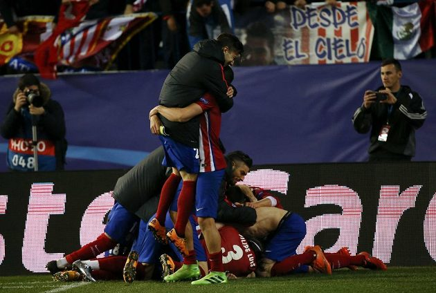 Fotbalisté Atlétika Madrid slaví postup do čtvrtfinále Ligy mistrů.