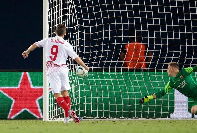Útočník Sevilly Kevin Gameiro (vlevo) překonává z penalty brankáře Barcelony Ter Stegena.