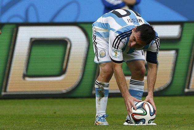 Lionel Messi si staví míč, to znamená pro soupeře stav ohrožení.