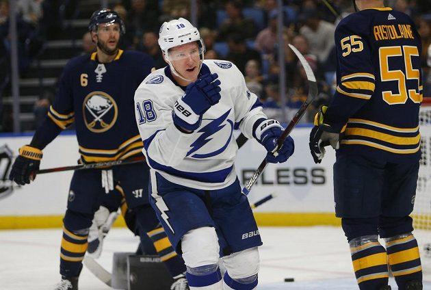 Český hokejista ve službách Tampy Ondřej Palát (vpředu) se raduje ze své branky do sítě Buffala v zápase NHL.