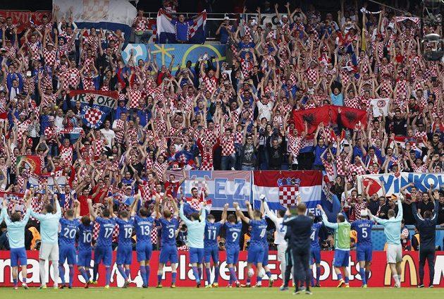 Chorvatští fotbalisté slaví spolu se svými fanoušky vítězství nad Tureckem.