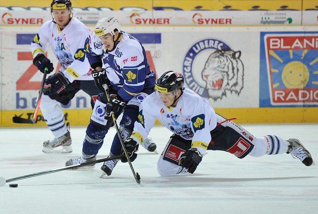 Radim Šimek (vpravo) z Liberec a Mario Bližňák z Plzně v utkání 36. kola Tipsport extraligy.