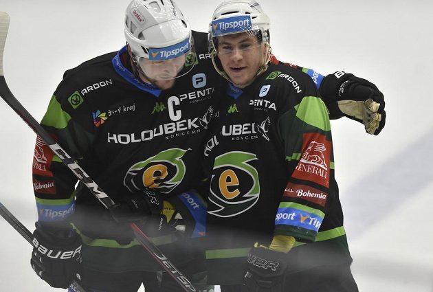Zleva Václav Skuhravý a Sebastian Gorčík z Karlových Varů se radují z gólu.