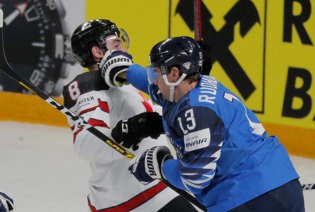 Liam Foudy z Kanady (vlevo) a Mikael Ruohomaa z Finska.