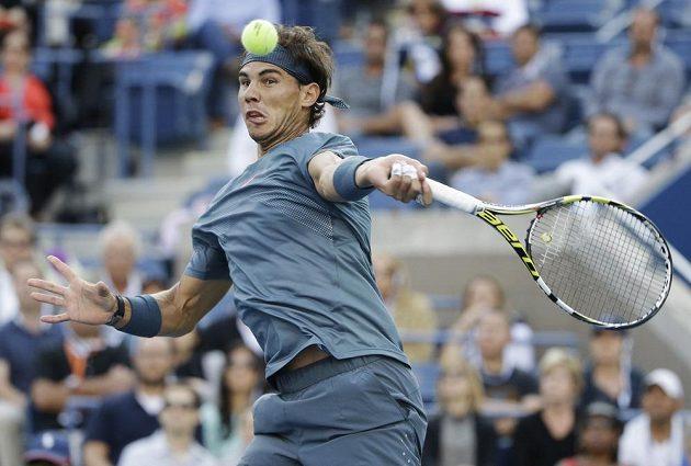 Rafael Nadal se připravuje k úderu během finále US Open proti Novaku Djokovičovi.