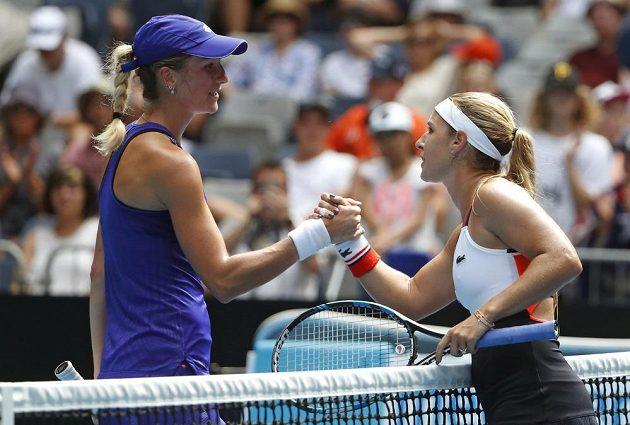Denisa Allertová (vlevo) gratuluje k vítězství Slovence Dominice Cibulkové.