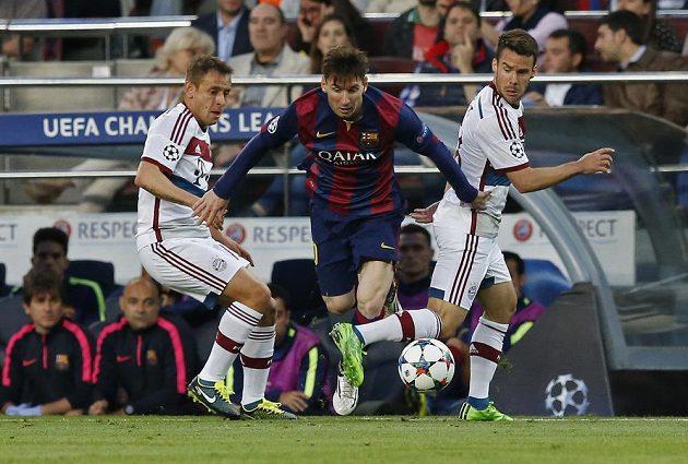 Barcelonský režisér hry Lionel Messi (uprostřed) v obklopení Juana Bernata (vpravo) a Rafinhy z Bayernu.