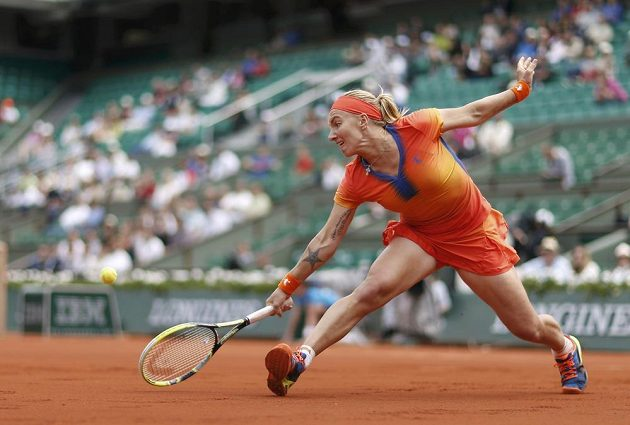 Ruska Kuzněcovová odvrací míček v duelu s Petrou Kvitovou.