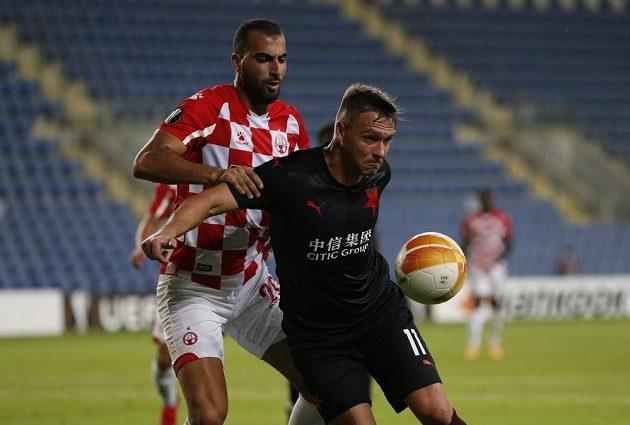 Stanislav Tecl (vpředu) sy kryje míč před Loaiem Tahou z Beer Ševy.