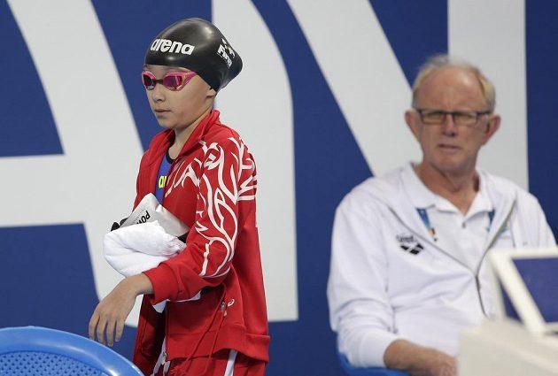 Desetiletá Alzain Tareqová z Bahrajnu se připravuje na závod 50 m motýlek na mistrovství světa v ruské Kazani.