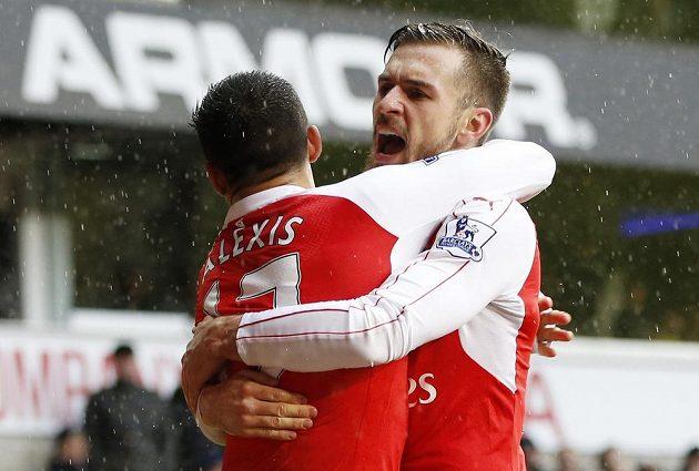 Alexis Sánchez oslavuje s Aaronem Ramseym vyrovnávací gól v utkání s Tottenhamem.