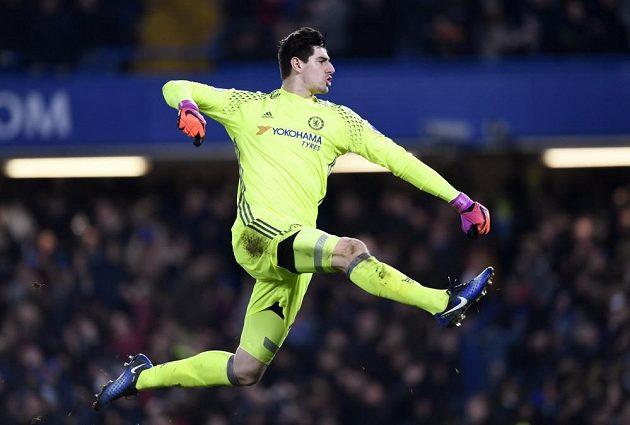 Brankář Chelsea Thibaut Courtois slaví třetí gól proti Stoke.