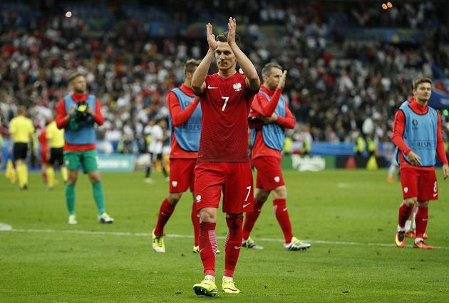 Útočník Arkadiusz Milik děkuje polským fanouškům za podporu po remíze s Německem.