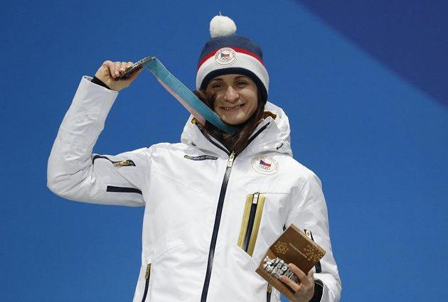 Stříbrná česká radost. Rychlobruslařka Martina Sáblíková dostala medaili za druhé místo ze závodu na 5000 metrů.