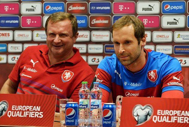 Reprezentační kouč Pavel Vrba (vlevo) a brankář Petr Čech na tiskové konferenci před kvalifikačním střetnutím s Kazachstánem.